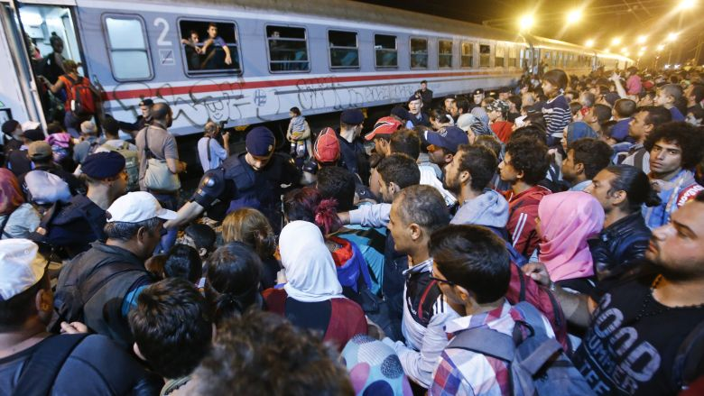 Migrants try to enter a train at a train station in Tovarnik, Croatia, September 18, 2015.  REUTERS/Antonio Bronic  - RTS1T0B