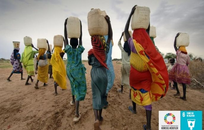 women-collecting-water-credit-sven-torfinn-and-panos-pictures
